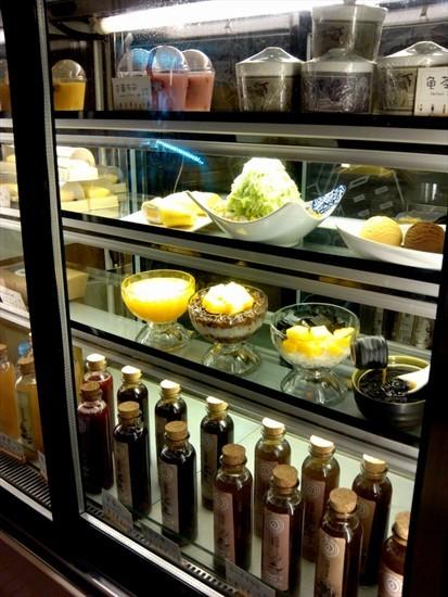就是布丁甜品的展示柜和里面饮品甜品的