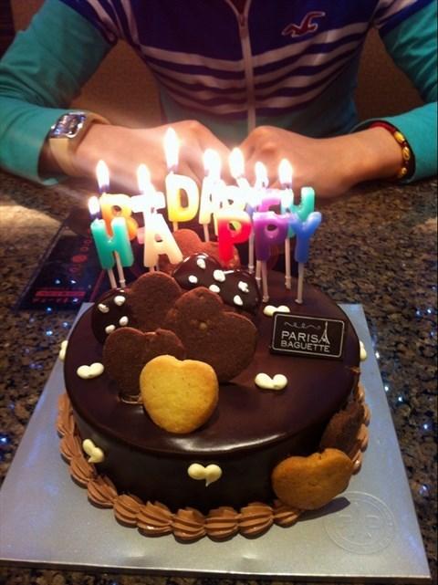 了个巧克力蛋糕,上面都是小饼干