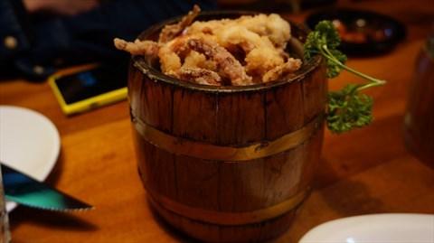 食评 洛奇先生餐吧之食肉之旅  【唐扬鱿鱼】:鱿鱼用小木桶装着,很有