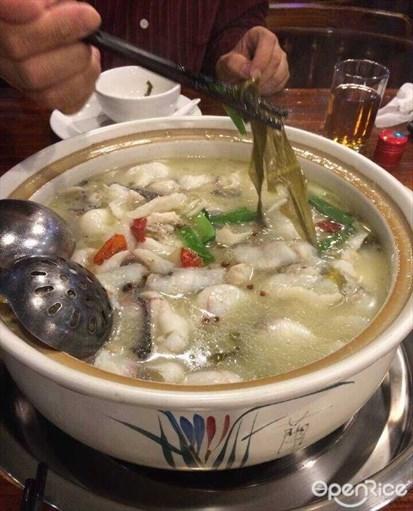 我家酸菜鱼 食评  看了美食节目的介绍后和朋友去吃的,他们家的酸菜鱼