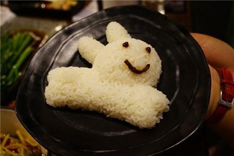 米饭是小兔子形状的,一上桌就把我们给萌翻了,qq的白胖兔子非常可爱